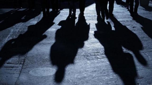 Видео: Юные хулиганки разгромили детскую площадку в своем дворе