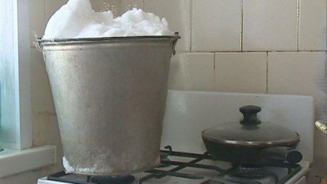 «Дело — труба»: Жители посёлка топят снег в Костанайской области