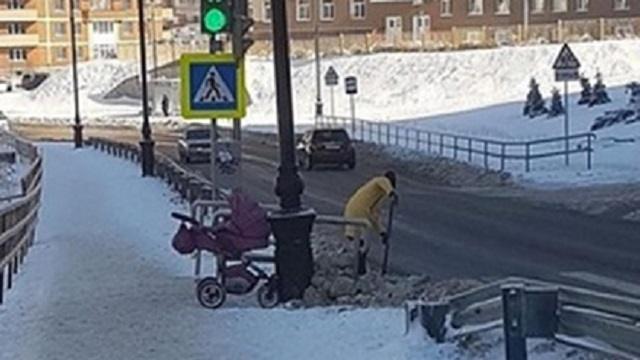 «А мужики мимо проходят»: Убирающая снег девушка с коляской вызвала восторг в сети