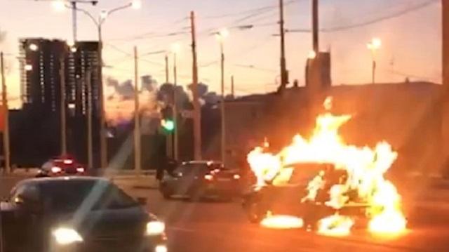 «Из-за бабы»: В Екатеринбурге мужчина посреди улицы поджег машину