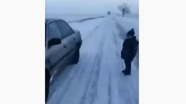 Видео: Ребенок в одиночестве бродил по трассе в Казахстане