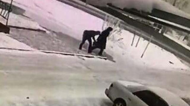 Видео: 19-летний парень дерзко ограбил пенсионерку в Казахстане