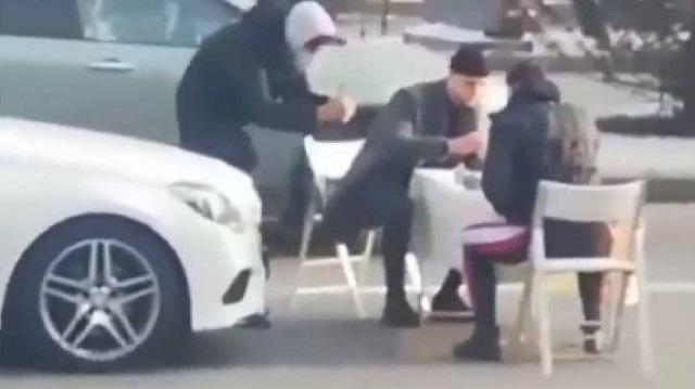 Игра в шахматы посреди дороги в Алматы: блогер рассказал свою версию