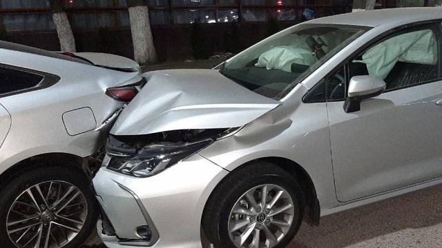 В Алматы Toyota протаранила 4 припаркованных автомобиля