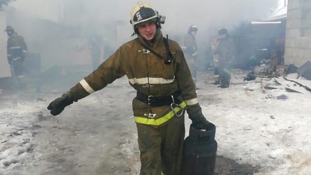 Три газовых баллона эвакуировали огнеборцы при пожаре в Костанае