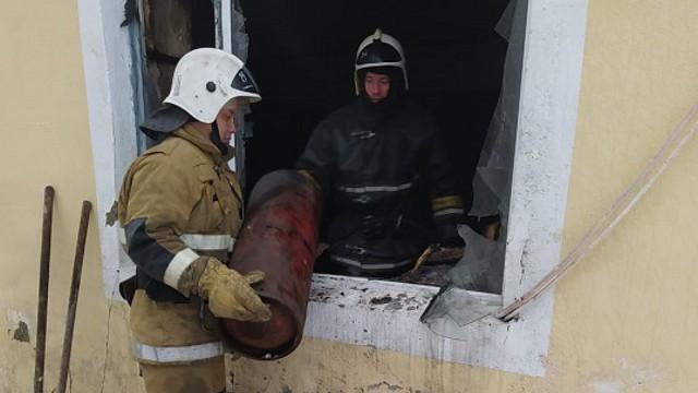 Спасатели эвакуировали с места пожара 7 газовых баллонов в Костанайской области