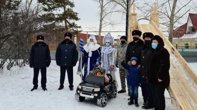 Горку подарили стражи порядка детской деревне семейного типа в Костанае