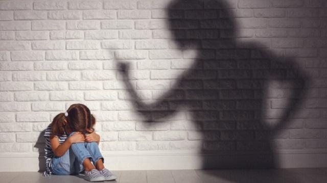 «Спят на голом полу»: Мать издевается над шестью приёмными детьми в Свердловской области