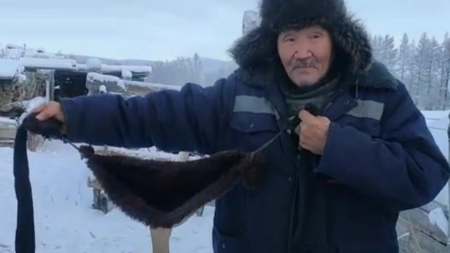 70-летний сельчанин сделал для своих коров меховые бюстгальтеры