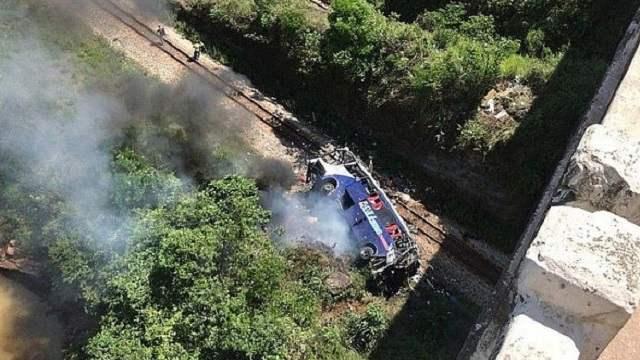 Автобус упал с 35-метрового моста: 17 человек погибли, водитель сбежал