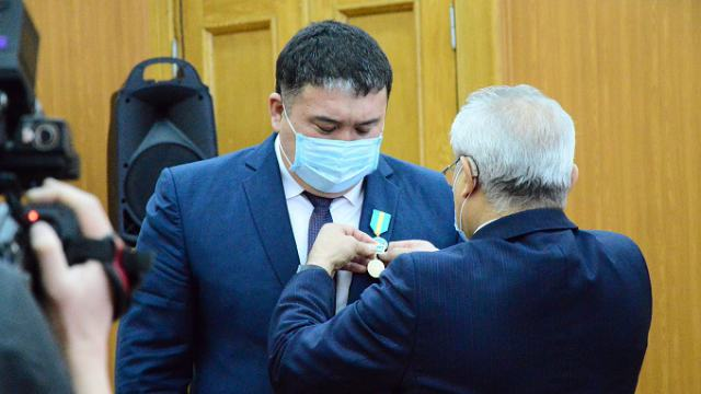 Гулявшего на подпольном тое борца наградили медалью за вклад в борьбе с коронавирусом