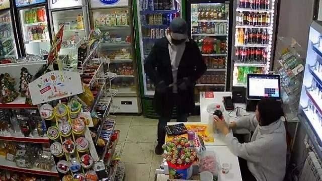 Дерзкий налет на два магазина в Алматы совершил вооруженный иностранец