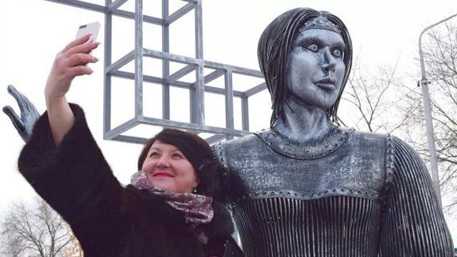 «Не очень удачно»: Памятник Алёнке напугал жителей России