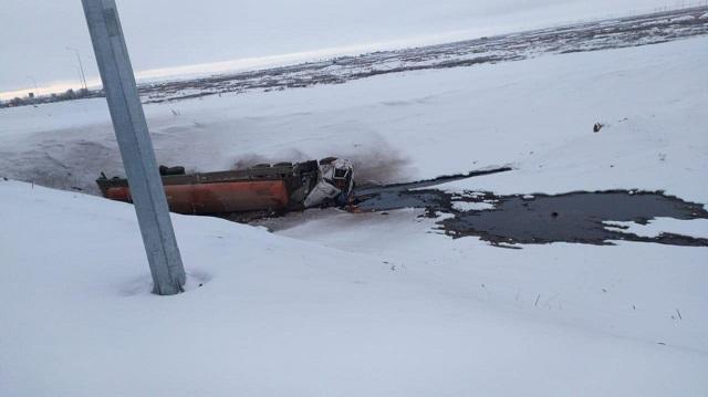 Видео: На трассе «Алматы-Екатеринбург» опрокинулась цистерна с серной кислотой