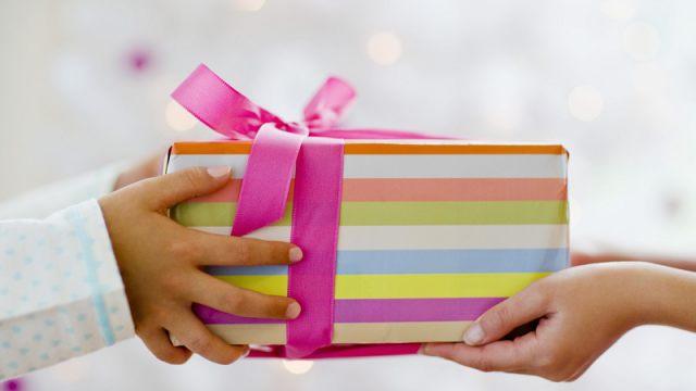 Как не передать коронавирус вместе с подарком своим близким?