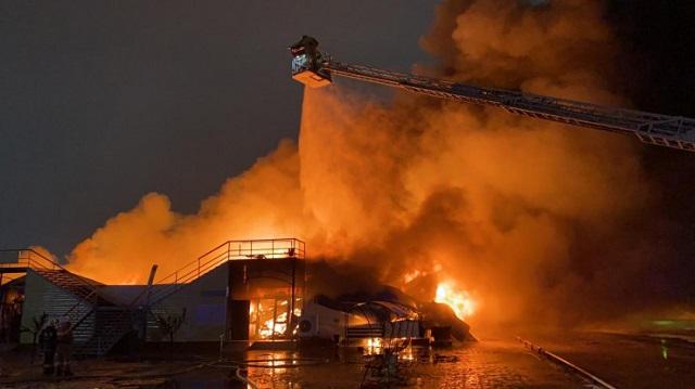 Ночной пожар на рынке в Атырау тушили более 150 человек