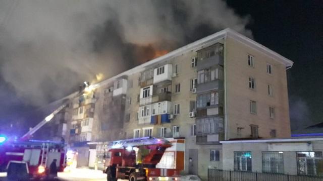 Видео: Крупный пожар охватил пятиэтажку в Актобе