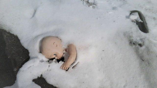 «Родители забыли…» Грудной ребёнок замёрз насмерть на улице