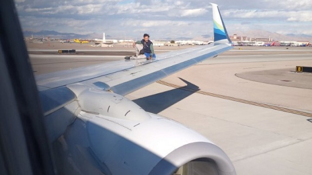 Мужчина пытался улететь из Лас-Вегаса на крыле самолета