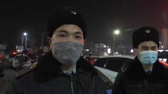 Видео: Молодой парень из-за неразделенной любви пытался спрыгнуть с крыши в Алматы