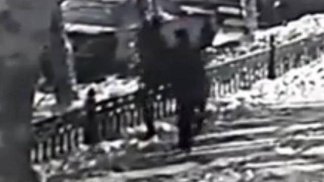 Видео: На мужчину ночью напала шпана в Казахстане