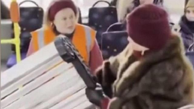 «Почему бы и нет?»: В Петербурге женщина решила проехать на троллейбусе со своей скамейкой