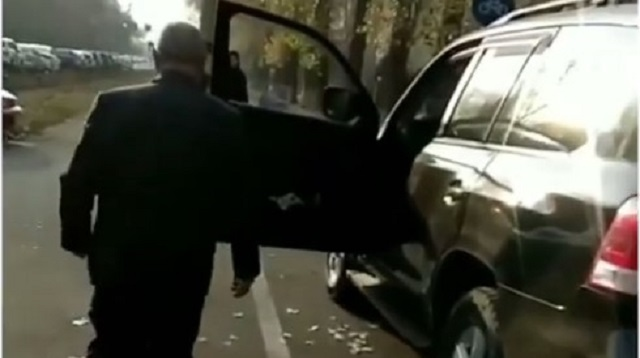 «Нахожусь на службе!»: Мужчина в форме нарушил ПДД и нагрубил казахстанцу