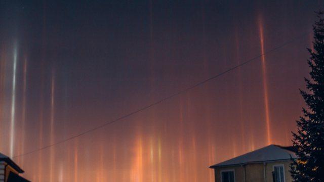 «Ни разу не наблюдала это явление вживую»: Загадочные световые мечи в небе обсуждают в Сети