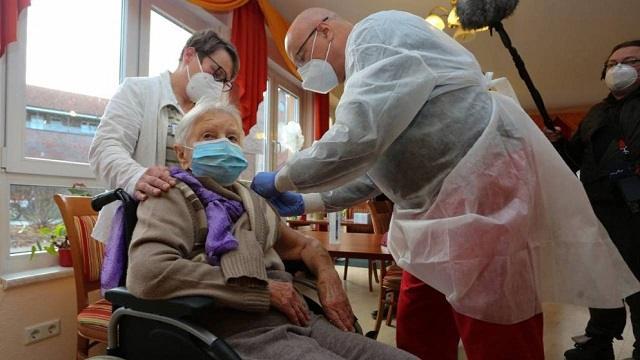 101-летняя пенсионерка одной из первых вакцинировалась в Германии