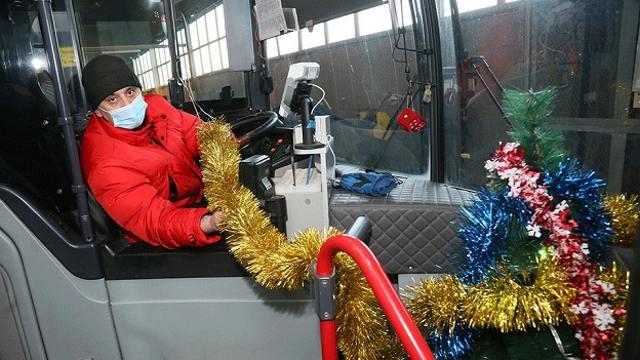 Звёзды, ёлка, снежинки: Водитель автобуса создал сказку для пассажиров в Костанае