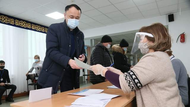 Видео: Аким Костанайской области Архимед Мухамбетов посетил избирательный участок