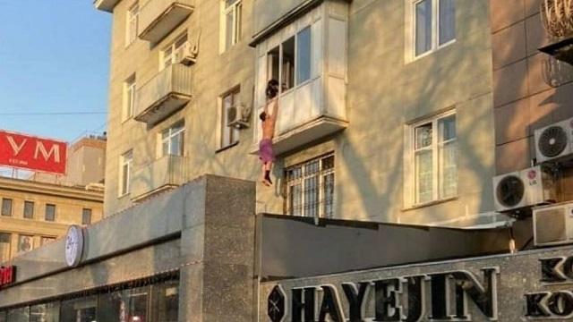 «Муж вернулся»: Висящего на балконе казахстанца обсуждают в Сети