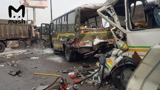 «Водитель отвлекся»: ВПодмосковье грузовик столкнулся с военными автобусами