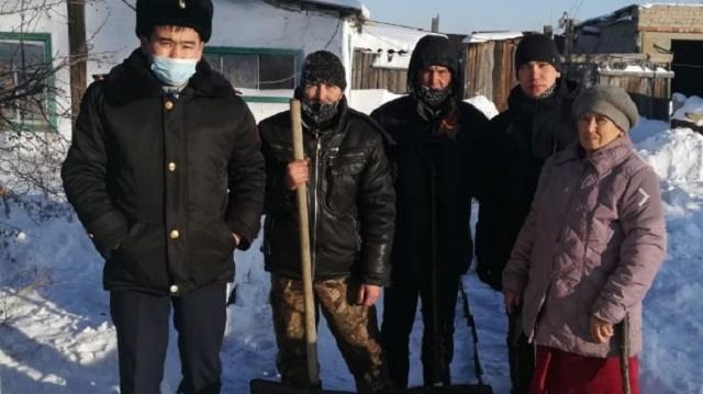 Осуждённые из Костанайской области помогли в уборке снега пенсионерке