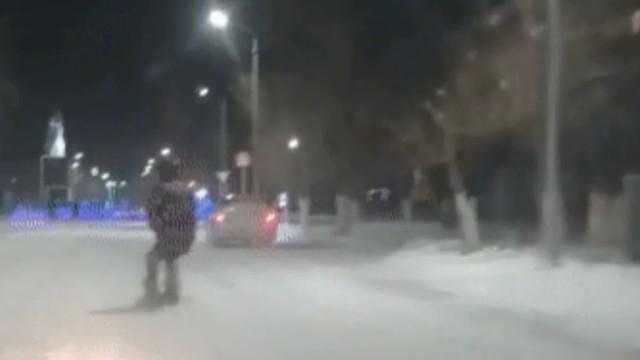 Видео: Экстремал на сноуборде зацепился за машину и прокатился по городу в Костанайской области