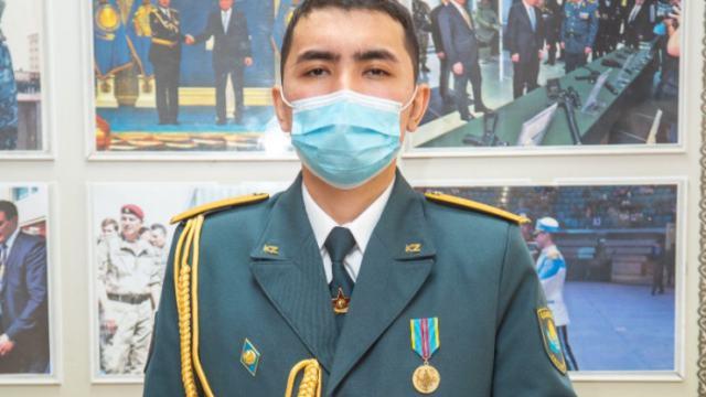 Солдата, который спас пятерых детей от гибели, наградили в Нур-Султане
