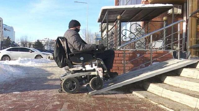 «Угол наклона»: Библиотеку и ЦОН проверили на доступность для людей с инвалидностью