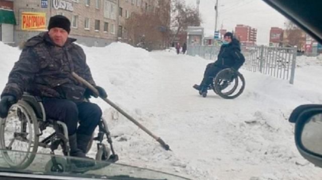 Инвалиду-колясочнику пришлось самому очистить тротуар от снега