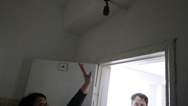 Видео: Старшеклассницы обнаружили камеру в женском туалете школы в Казахстане