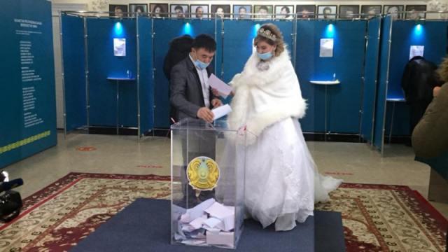 «Встали в 6 утра»: Невесты голосуют в свадебных платьях в Казахстане