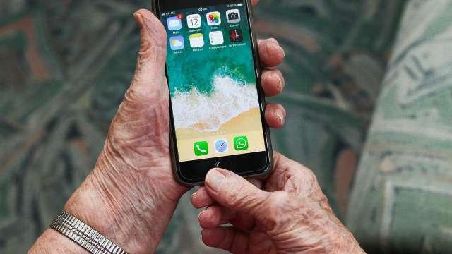 «И на старуху…» Пожилая казахстанка попалась на краже смартфона