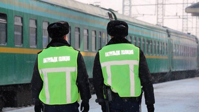 «Сходил под себя»: Пьяного казахстанца сняли с поезда