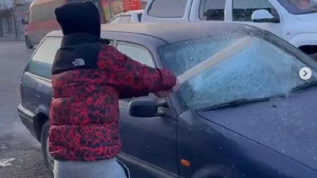«Пранк не удался»: Казахстанец разбил лобовое стекло автомобиля ради лайков