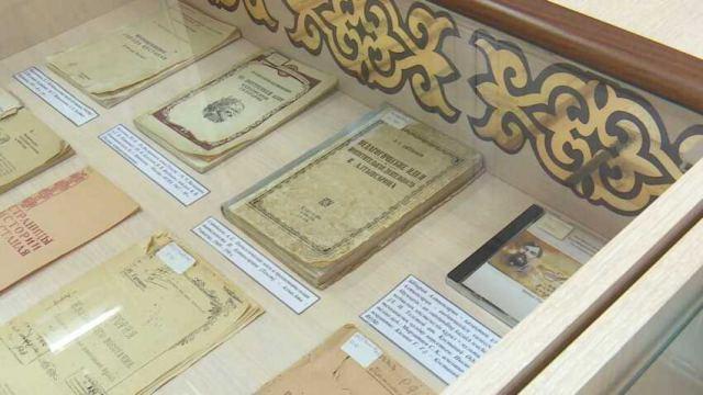 Редкие книги об истории Костанайской области выставили в библиотеке имени Толстого