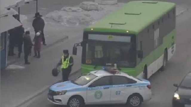 Видео: Казахстанка забыла в автобусе рюкзак с тремя миллионами тенге