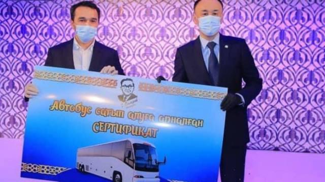 На 20-летие Казахскому драмтеатру имени Омарова подарили сертификат на автобус в Костанае