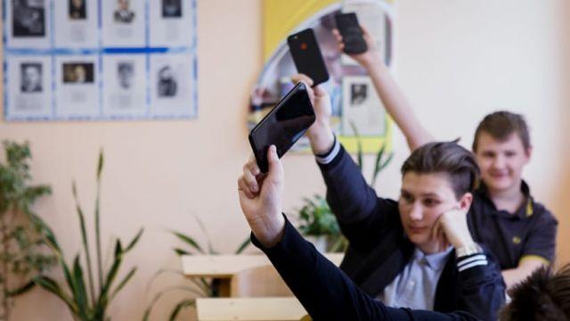 Смарт-часы и сотовые телефоны могут попасть под запрет в школах Казахстана
