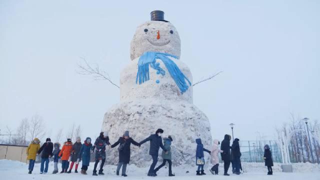 Видео: Десятиметрового снеговика слепили жители Казахстана