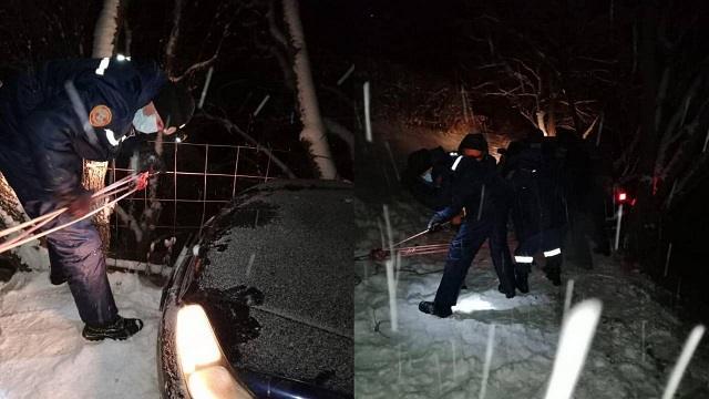 Автомобиль с пассажирами едва не упал с обрыва в Алматинской области