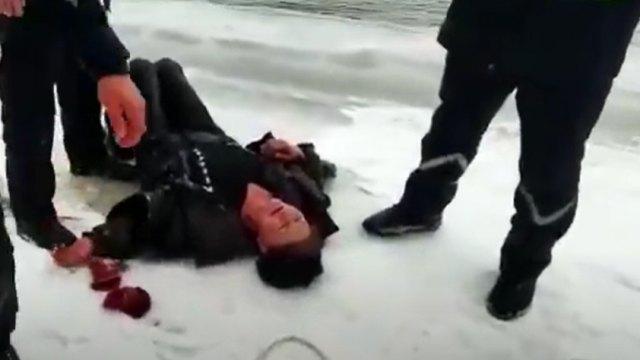 «Пошла за водой»: Парень бросился в ледяную воду за тонущей женщиной в Казахстане